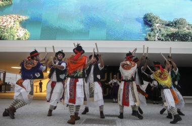 Os Pauliteiros de Miranda, do distrito de Bragança, durante a sua atuação na ExpoDubai 2020. ANDRÉ KOSTERS/LUSA